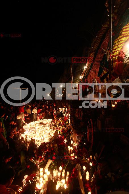 Pregregrinos Guadalupanos acuden al Cerro de la Virgen a las orillas de Hermosillo Sonora Mexico para pagar mandas, pedir favores y milagros.El lugar se vuelve una fiesta de luces y colores durante la noche.Hermosillo, Sonora, Mexico.<br /> (Luis Gutierrez/NortePhoto)