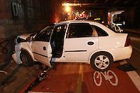 SAO PAULO, SP, 21-09-2014, ACIDENTE. Na noite desse sabado (20), um motorista perdeu a direção na Rua Silva Pinto e bateu no muro  sob a linha ferrea, segundo relatos de testemunhas, o mesmo aparentava sinais de embriaguez. Como o motorista não estava usando cinto de segurança, os ferimentos foram mais graves e o mesmo foi encaminhado ao HC.  O veiculo estava com a placa sem lacre.   Luiz Guarnieri/ Brazil Photo Press.