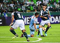 PALMIRA - COLOMBIA-18-07-2018: Daniel Giraldo (Der) del Deportivo Cali (COL) disputa el balón con Edemir Rodriguez (Izq) de Bolívar (BOL) durante partido de la segunda fase, llave 8, por la Copa CONMEBOL Sudamericana 2018 jugado en el estadio Palmaseca de Cali. / Daniel Giraldo (R) player of Deportivo Cali (COL) fights for the ball with Edemir Rodriguez (L) player of Bolivar (BOL) during match of the second phase, key 8, for the CONMEBOL Sudamericana Cup 2018 played at Palmaseca stadium in Cali.  Photo: VizzorImage/ Nelson Rios / Cont