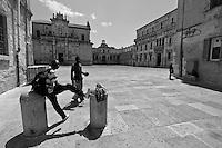 Lecce - Cortili Aperti 2010 - Ingresso in Piazza Duomo. Venditori occasionali.