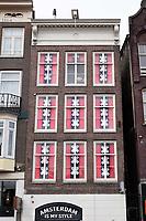Nederland - Amsterdam 2018. Amsterdam Is My Style. Amsterdam Designs winkel op het Damrak. Voor de ramen hangt het wapen van Amsterdam.. Foto Berlinda van Dam / Hollandse Hoogte