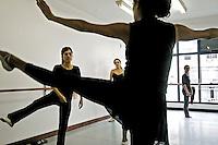 Aula de ballet para adultos. Rio de Janeiro. 2006. Foto de Luciana Whitaker.