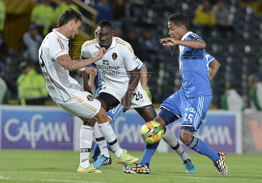 BOGOTÁ -COLOMBIA, 27-09-2014. Elkin Blanco (Der) jugador de Millonarios disputa el balón con Martin Galain (Izq) y Dairyn Gonzalez (C) jugadores de Fortaleza FC durante partido por la fecha 12 de la Liga Postobón II 2014 jugado en el estadio Nemesio Camacho el Campín de la ciudad de Bogotá./ Elkin Blanco (R) player of Millonarios fights for the ball with Martin Galain (L) and Dairyn Gonzalez (C) players of Fortaleza FC during the match for the 12th date of the Postobon League II 2014 played at Nemesio Camacho El Campin stadium in Bogotá city. Photo: VizzorImage/ Gabriel Aponte / Staff