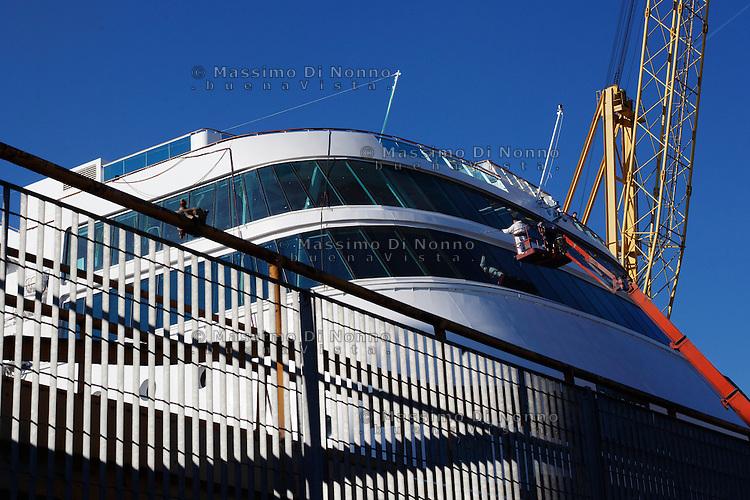Genova: un operaio lavora alla pulizia di una nave passeggeri nel cantiere per la manutenzione delle navi