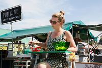 Nederland Amsterdam 2017. De Rollende Keukens bij de Westergasfabriek.  Vrouw schilt appels bij Public Pie.   Foto Berlinda van Dam / Hollandse Hoogte