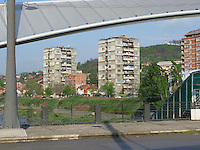 SERBIA - Mitrovica Città divisa in due dal fiume Ibar, a Nord abitata da Serbi e a sud da Kosovari albanesi Attualmente protetta da truppe internazionali della KFOR . pattugliamento di truppe francesi Il famoso ponte simbolo della divisione della città Tre condomini noti per essere sempre rimasti multietnici