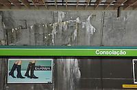SAO PAULO, 26 DE MARCO DE 2013 - INFILTRACAO METRO CONSOLACAO - Movimentação na manhã desta quarta-feira (27), na estação Consolação do metrô, localizada na Avenida Paulista em São Paulo (SP). Infiltração causa fissuras de até dois metros nas paredes da estação assustando os passageiros. (FOTO: ALEXANDRE MOREIRA / BRAZIL PHOTO PRESS)