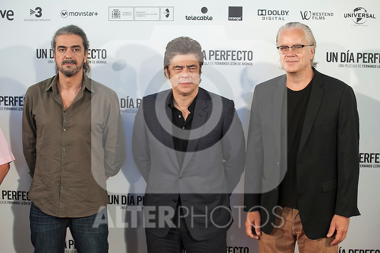 Spanish film director Fernando Leon de Aranoa (L), US actor Tim Robbins (R) and Puerto Rican actor Benicio del Toro pose during the `A Perfect Day´ (Un dis perfecto) film presentation in Madrid, Spain. August 25, 2015. (ALTERPHOTOS/Victor Blanco)
