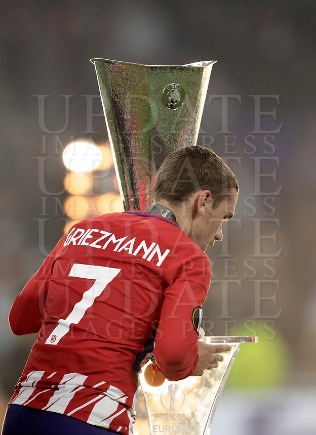 Club Atletico de Madrid's Antoine Griezmann passes past the trophy at the end of the UEFA Europa League final football match between Olympique de Marseille and Club Atletico de Madrid at the Groupama Stadium in Decines-Charpieu, near Lyon, France, May 16, 2018. Club Atletico de Madrid won 3-0.<br /> UPDATE IMAGES PRESS/Isabella Bonotto