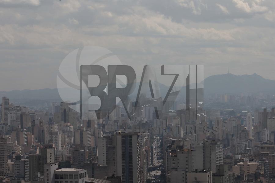 SAO PAULO, SP, 16 DE AGOSTO DE 2012 - CLIMA TEMPO - Poluicao do ar na regiao da zona oeste da cidade, e vista do alto do edificio Altino Arantes, nesta tarde de quinta-feira, 16, na zona central da cidade. FOTO RICARDO LOU - BRAZIL PHOTO PRESS
