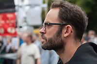 """In Berlin haben am Samstag den 30. August 2014 ca. 6.500 Menschen unter dem Motto """"Freiheit statt Angst"""" #fsa14 gegen massenhafte Ueberwachung demonstriert. Sie zogen mit einem Protestmarsch durch das Regierungsviertel und forderten u.a. die Abschaffung der Geheimdienste, vollstaendige Aufklaerung ueber die BND, NSA und andere Geheimdienstaktivitaeten und ein sofortiges Asyl fuer der Whistleblower Edward Snowden.<br /> Der Netzaktivist und Softwareentwickler Jacob Appelbaum, forderte die Mitarbeiter von Geheimdiensten dazu auf, Dokumente aus den Diensten der Oeffentlichkeit zur Verfuegung zu stellen. Auch riet er den anwesenden Menschen, bei den Geheimdiensten  Arbeit zu suchen und so an Unterlagen heran zu kommen.<br /> Im Bild: Internetaktivist und Wikileaks-Mitbegruender, Andreas Domscheit Berg. <br /> 30.8.2014, Berlin<br /> Copyright: Christian-Ditsch.de<br /> [Inhaltsveraendernde Manipulation des Fotos nur nach ausdruecklicher Genehmigung des Fotografen. Vereinbarungen ueber Abtretung von Persoenlichkeitsrechten/Model Release der abgebildeten Person/Personen liegen nicht vor. NO MODEL RELEASE! Don't publish without copyright Christian-Ditsch.de, Veroeffentlichung nur mit Fotografennennung, sowie gegen Honorar, MwSt. und Beleg. Konto: I N G - D i B a, IBAN DE58500105175400192269, BIC INGDDEFFXXX, Kontakt: post@christian-ditsch.de<br /> Urhebervermerk wird gemaess Paragraph 13 UHG verlangt.]"""