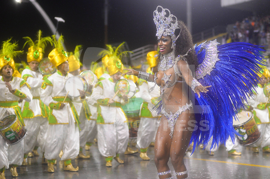 SÃO PAULO, SP, 16.02.2015, CARNAVAL 2015 - SÃO PAULO - GRUPO DE ACESSO / CAMISA VERDE E BRANCO: Integrantes da escola de samba Camisa Verde e Branco, durante desfile do grupo de acesso do Carnaval de São Paulo, na madrugada desta segunda feira, 16. (Foto: Levi Bianco / Brazil Photo Press).