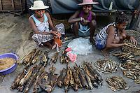 MADAGASCAR, Mananjary, women sell dry fish at fish market / MADAGASKAR Mananjary, Frauen verkaufen Trockenfisch auf dem Fischmarkt