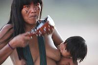 Cerimônia do Kwarup na aldeia Kamaiurá, no Parque indígena Xingu.<br /> <br /> O Kwarup (nome do ritual na língua kamaiurá) é considerado o grande emblema do Alto Xingu e trata-se de uma cerimônia funerária, que envolve mitos de criação da humanidade, a classificação hierárquica nos grupos, a iniciação das jovens e as relações entre as aldeias. Ao longo dos meses que se seguem até o encerramento ocorrem, não necessariamente todos os dias, dois tipos de danças e o toque de longas flautas (uruá, na língua dos Kamaiurá