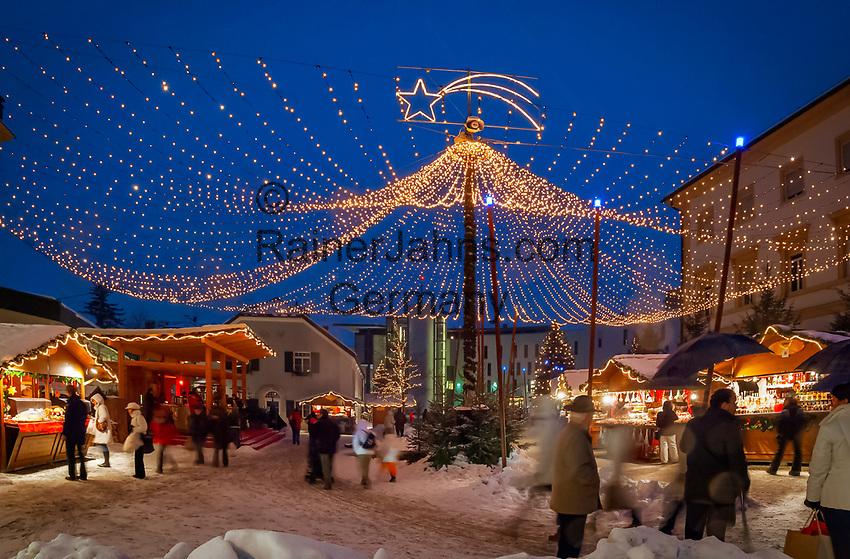 Italy, Alto Adige (South Tyrol)), Brunico at Pusteria Valley: christmas market at city hall square | Italien, Suedtirol (Trentino - Alto Adige), Bruneck (Brunico) im Pustertal: Weihnachtsmarkt am Rathausplatz