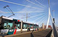 Tram op de Erasmusbrug in Rotterdam