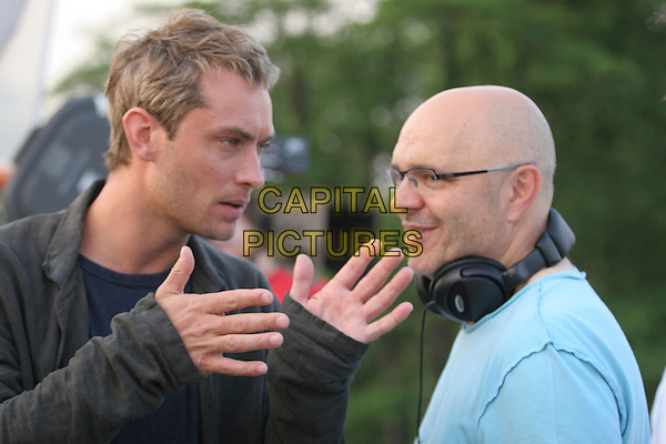 JUDE LAW & ANTHONY MINGHELLA (DIRECTOR).on the set of Breaking and Entering.**Editorial Use Only**.CAP/FB.Supplied by Capital Pictures