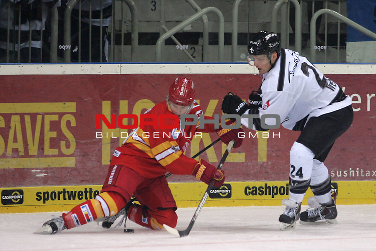 28.12.2013, ISS Dome, Duesseldorf, GER, DEL, Duesseldorfer EG vs Thomas Sabo Ice Tigers, Colin Long (DEG #11) am Boden Marcus Weber (Ice Tigers #24) setzt nach.<br /> <br /> <br /> Foto &copy; nordphoto / Herbst