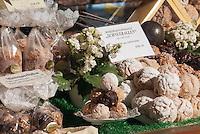 Germany, Bavaria, Middle Franconia, Rothenburg ob der Tauber: 'Schneeballen' (snowballs) a pastry made from shortcrust pastry, very popular in this region | Deutschland, Bayern, Mittelfranken, Rothenburg ob der Tauber: Schneeballen - Spezialitaet der Region - ein Gebaeck aus Muerbeteig