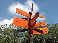 Wegwijzerbord in Utrecht met afstand in kilometers tot steden in Europa