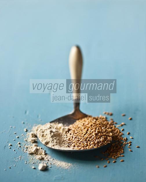 Europe/France/Provence-Alpes-Cote d'Azur/84/Vaucluse/Sault-en-Provence:  Petit épeautre du Pays de Sault, GAEC Chanu.<br /> Le petit épeautre   ou engrain est une espèce de céréale rustique du genre Triticum  <br /> Le petit épeautre sous 2 formes: brut: le grain enrobé de sa balle , et décortiqué:  le grain seul - Stylisme : Valérie LHOMME