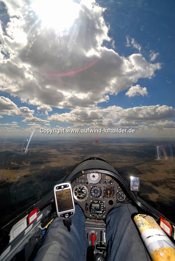 Wolkenstrasse: AMERIKA, VEREINIGTE STAATEN VON AMERIKA, NEW MEXICO,  (AMERICA, UNITED STATES OF AMERICA), 30.04.2011:Wolkenstrasse und Cockpit eines Segelflugzeugs vom Typ ASH 26 E, Energie, gleiten im Aufwind bis zum Horizont, ohne kreisen,  art, Abstract, Abstraction, Abstracts, Abstrakt, Abstrakte, Abstraktion, Aerial, Aerial image, Aerial photo, Aerial Photograph, Aerial Photography, Aerial picture, Aerial View, Aerial Views,  America, Amerika, Art, Auf dem Land,  Aussen, Aussenansicht,  Bird eye, Blick von oben,  Country, Country-side, Countryside, Culture, Cultures, Draussen, Fine Art,  Form, From above, Kein mensch, Keine Menschen, Keine Person, Keine Personen, Kultur, Kulturell, Kulturen, Kunst, Laendlich, Laendliche, Laendliche Gegend, Laendliche Szene,  Landscape, Landscapes, Landschaft, Landschaften,  Luftansicht, Luftaufnahme, Luftaufnahmen, Luftbild, Luftbilder, Luftbildfotografie, Luftbildfotografien, Luftbildphotografie, Luftbildphotografien, Luftfoto, Luftfotos, Luftphoto, Luftphotos, Neu, Neue, Neuer, Neues, New, new Mexico, new mexiko, Niemand,  Outdoor, Outdoor, Life Outdoor, view Outdoors, Outside, Outsides, Outward, Perspective, United States United States of America, USA, Vereinigte Staaten Vereinigte Staaten von Amerika, Vogelperspektive, Vogelperspektiven,  Wueste, Sand, sandig, Landleben, Huegel und Berge oestlich des Rio Grande, Wueste,  USA, Vereinigte, Staaten, von Amerika, US, New Mexico, Mexiko, Wueste, trocken, vertrocknet, ausgetrocknet, Duerre, Landschaft, Landschaften, natur, Weite, endlos, Horizont, Wolke, Wolken, Berge, Bergland, Huegelland, Rio, Grand, Cumulus, Wolken, Aufwind, Fluegel eines Segelflugzeugs,