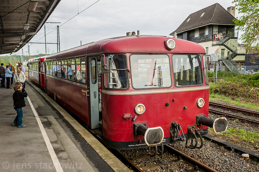 Railbus waiting for departure at Bochum-Dahlhausen Station. | Der Schienenbus der Ruhrtalbahn während des Wartens auf die Abfahrt am Haltepunkt Bochum-Dahlhausen.