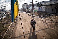 UKRAINE, 03.2015, Stanitsa Luganskaja. In dem Frontdorf sind ukrainische Soldaten unterwegs.   In this frontline village Ukrainian soldiers are seen in the streets.  © Arturas Morozovas/EST&OST