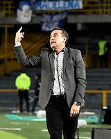 BOGOTÁ - COLOMBIA, 02-09-2018: Guillermo Sanguinetti, técnico de Independiente Santa Fe (COL), da instrucciones a los jugadores, durante partido de vuelta entre Millonarios (COL) y el Independiente Santa Fe (COL), de los octavos de final, llave A por la Copa Conmebol Sudamericana 2018, en el estadio Nemesio Camacho El Campin, de la ciudad de Bogotá. / Guillermo Sanguinetti, coach of Independiente Santa Fe (COL), gives instructions to the players, during a match of the second leg between Millonarios (COL) and Independiente Santa Fe (COL), of the eighth finals, key A for the Conmebol Sudamericana Cup 2018 in the Nemesio Camacho El Campin stadium in Bogota city. Photo: VizzorImage / Luis Ramírez / Staff.