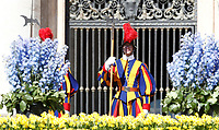 Guardie svizzere in piedi vicino ad i fiori che adornano il sagrato della Basilica di San Pietro durante l'udienza generale del mercoled&igrave;. Citt&agrave; del Vaticano, 19 aprile 2017.<br /> Swiss Guards stand near flowers adorning the parvis of St Peter's basilica during a weekly general audience at the Vatican, on April 19 2017.<br /> UPDATE IMAGES PRESS/Isabella Bonotto<br /> <br /> STRICTLY ONLY FOR EDITORIAL USE