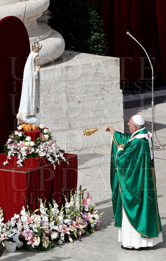Papa Francesco benedice la statua della Madonna di Fatima al termine della messa in occasione della Giornata Mariana in Piazza San Pietro, Citta' del Vaticano, 13 ottobre 2013.<br /> Pope Francis blesses the statue of St. Mary of Fatima at the end of a mass on occasion of the Marian Day in St. Peter's Square at the Vatican, 13 October 2013.<br /> UPDATE IMAGES PRESS/Isabella Bonotto<br /> <br /> STRICTLY ONLY FOR EDITORIAL USE