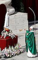 Papa Francesco benedice la statua della Madonna di Fatima al termine della messa in occasione della Giornata Mariana in Piazza San Pietro, Citta' del Vaticano, 13 ottobre 2013.<br /> Pope Francis blesses the statue of St. Mary of Fatima at the end of a mass on occasion of the Marian Day in St. Peter's Square at the Vatican, 13 October 2013.<br /> UPDATE IMAGES PRESS/Isabella Bonotto<br /> <br /> STRICTLY ONLY FOR EDITORIAL USE