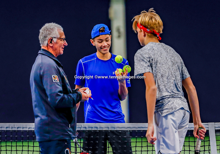 Hilversum, Netherlands, December 3, 2017, Winter Youth Circuit Masters, 12,14,and 16 years, Liam Liles (R) and Jesse de Jager (M) (NED) at the toss<br /> Photo: Tennisimages/Henk Koster