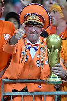 FUSSBALL WM 2014  VORRUNDE    Gruppe B     Spanien - Niederlande                13.06.2014 Holland Fan mit WM Pokal in die Hoehe gestreckten Daum