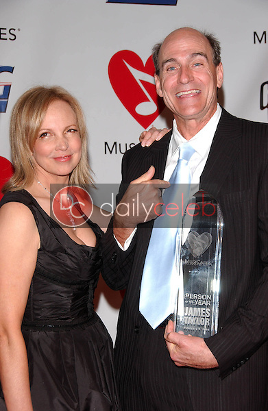 Caroline Smedvig and James Taylor<br />at the 2006 MusiCares Person of the Year Gala. Los Angeles Convention Center, Los Angeles, CA 02-06-06<br />Dave Edwards/DailyCeleb.com 818-249-4998