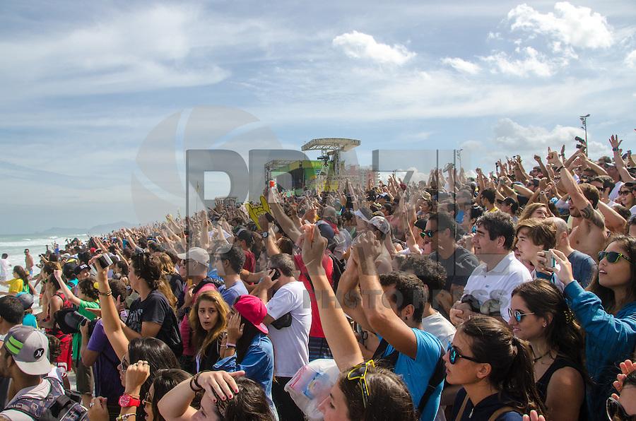 RIO DE JANEIRO, RJ, 17.05.2015 - SURF-RJ - Público lota a praia e assiste o brasileiro Filipe Toledo ser campeão do Oi Rio Pro, etapa brasileira do circuito mundial  de surf que acontece na Barra da Tijuca, na zona oeste, neste domingo (17). (Foto: João Mattos / Brazil Photo Press)