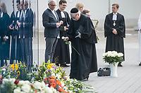 """Gedenken an die NS-Patientenmorde am Freitag den 30. August 2019 in Berlin.<br /> Mit der """"Aktion T4"""", wurden mehr als 70.000 Menschen mit koerperlichen, geistigen und seelischen Behinderungen ermordet.<br /> Im Bild: Der Rabbiner Dr. Andreas Nachama (u.a. Direktor der """"Topographie des Terrors"""", legt eine weisse Rose am Mahnmal nieder.<br /> 30.8.2019, Berlin<br /> Copyright: Christian-Ditsch.de<br /> [Inhaltsveraendernde Manipulation des Fotos nur nach ausdruecklicher Genehmigung des Fotografen. Vereinbarungen ueber Abtretung von Persoenlichkeitsrechten/Model Release der abgebildeten Person/Personen liegen nicht vor. NO MODEL RELEASE! Nur fuer Redaktionelle Zwecke. Don't publish without copyright Christian-Ditsch.de, Veroeffentlichung nur mit Fotografennennung, sowie gegen Honorar, MwSt. und Beleg. Konto: I N G - D i B a, IBAN DE58500105175400192269, BIC INGDDEFFXXX, Kontakt: post@christian-ditsch.de<br /> Bei der Bearbeitung der Dateiinformationen darf die Urheberkennzeichnung in den EXIF- und  IPTC-Daten nicht entfernt werden, diese sind in digitalen Medien nach §95c UrhG rechtlich geschuetzt. Der Urhebervermerk wird gemaess §13 UrhG verlangt.]"""
