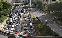 ATENCÃO EDITOR: FOTO EMBARGADA PARA VEICULO INTERNACIONAL - SAO PAULO, SP, 23 NOVEMBRO 2012 - TRANSITO EM SAO PAULO - Transito complicado no final da Av 23 de maio com o tunel do Anhangabau no final da tarde no sentido zona norte na regiao do Anhangabau  zona central da capital paulista nessa sexta, 23. (FOTO: LEVY RIBEIRO / BRAZIL PHOTO PRESS)