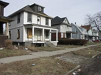 Detroit: downtown. Alcune villette nel centro della città. Di fronte alle case spiazzi erbosi e marciapiede. Alcune case sembrano disabitate.