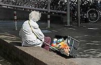 Nederland juni 2018.  Oudere vrouw met een kratje vol boodschappen rust even uit.   Foto mag niet in schadelijke context voor de gefotografeerde persoon worden gepubliceerd.   Foto Berlinda van Dam / Hollandse Hoogte.