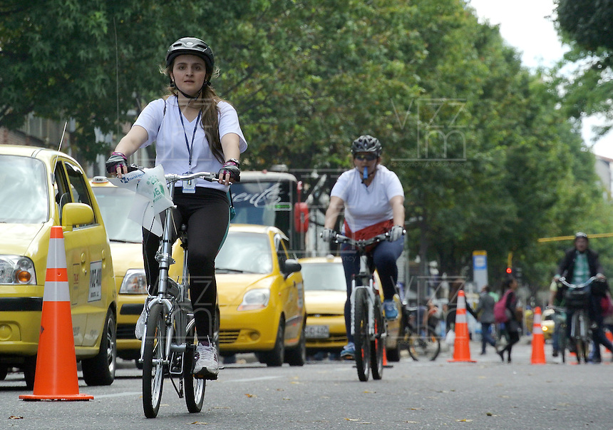 BOGOTÁ - COLOMBIA 22-09- 2015: Los ciclistas se tomaron las calles hoy durante el tercer Día sin Carro 2015 en Bogotá. Cyclists took to the streets today during the Car Free Day in Bogotá. Photo: VizzorImage / Gabriel Aponte / Staff
