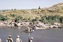 Irak 1985.Dans les zones libérées, région de Lolan, traversée d'une rivière.Iraq 1985.In liberated areas, Lolan district, peshmergas crossing a river