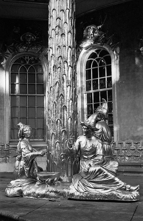 Potsdam, parco di Sanssouci. Figure cinesi dorate della casa cinese --- Potsdam, Sanssouci Park. Gilded Chinese figures of the Chinese House