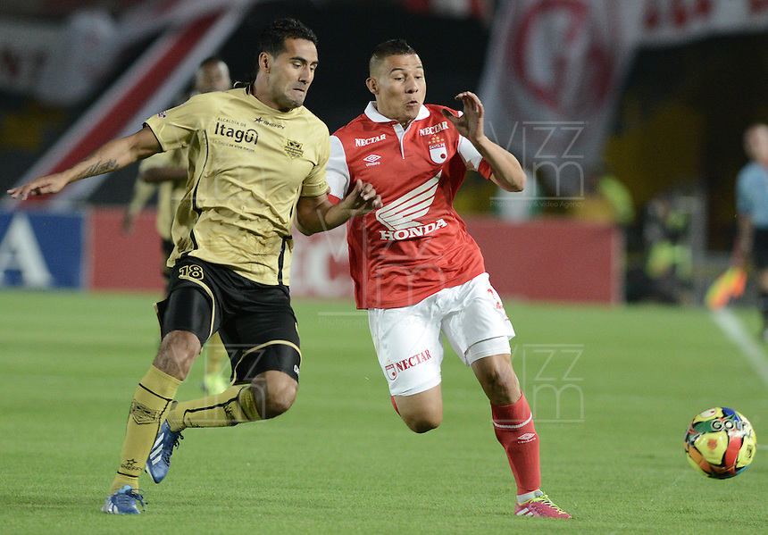 BOGOTÁ -COLOMBIA, 24-01-2014. Luis Carlos Arias (Der) de Independiente Santa Fe disputa el balón con Andres Ortiz (Izq) del Itaguí durante partido por la fecha 1 por la Liga Postobón  I 2014 jugado en el estadio Nemesio Camacho el Campín de la ciudad de Bogotá./ Independiente Santa Fe player Luis Carlos Arias (L) fights for the ball with Itagui player Andres Ortiz (R) during match for the 1st date for the Postobon  League I 2014 played at Nemesio Camacho El Campin stadium in Bogota city. Photo: VizzorImage/ Gabriel Aponte / Staff