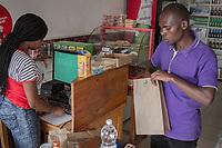 Kunden eines Supermarktes in Kigali, Ruanda, wo Plastiktüten wie überall im Land verboten sind