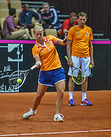13 April, 2016, France, Trélazé, Arena Loire,   Semifinal FedCup, France-Netherlands, Dutch team warming up, Richel Hogenkamp is watched by captain Paul Haarhuis<br /> Photo: Henk Koster/tennisimages