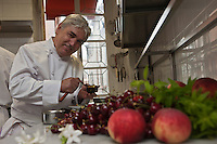 Europe/France/Provence-Alpes-Côte d'Azur/06/La Turbie:  Bruno Cirino en cuisine  avec les fruits de l'été - Hostellerie Jérôme [Non destiné à un usage publicitaire - Not intended for an advertising use]