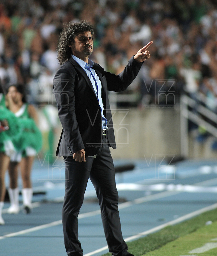 CALI- COLOMBIA- 16-02-2103: Leonel Álvarez, director técnico del Deportivo Cali da instrucciones a los jugadores , durante  partido por la Liga de Postobon I en el estadio Pascual Guerrero en la ciudad de Cali, marzo16 de 2013. (Foto: VizzorImage / Luis Ramírez / Staff). Leonel Alvarez Coach of Deportivo Cali, gives instructions to the players during a match for the Postobon I League at the Pascual Guerrero stadium in Cali city, on March 16, 2013, (Photo: VizzorImage / Luis Ramirez / Staff.)