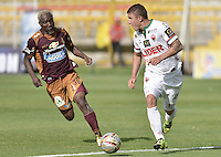 BOGOTÁ -COLOMBIA, 23-08-2015. Avimeled Rivas (Izq) del Deportes Tolima disputa el balón con Nicolas Carreño (Der) de Patriotas FC durante partido por la fecha 8 de la Liga Águila II 2015 jugado en el estadio Metropolitano de Techo en Bogotá./ Avimeled Rivas (L) player of Deportes Tolima struggles for the ball with Nicolas Carreño (R) player of Patriotas FC during match for the 8th date of the Aguila League II 2015 played at Metropolitano de Techo stadium in Bogota city. Photo: VizzorImage/ Gabriel Aponte / Staff
