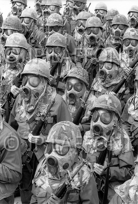 Fort Dix, NJ - May, 1980 <br /> Men and women finally equal in the American army. In 1980 the US allows women to actively serve in the military. Here, women take part in basic training against atomic radiation.<br /> Fort Dix, New Jersey, mai 1980. <br /> Hommes et femmes sont d&eacute;sormais &eacute;gaux dans l&rsquo;arm&eacute;e. Sous ces masques &agrave; gaz, il n&rsquo;y a que des femmes, les premi&egrave;res recrues de l&rsquo;arm&eacute;e am&eacute;ricaine.